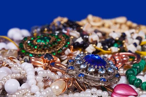 Ce bijuterii purtau femeile anilor '20 si cum au influentat moda actuala