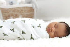 Ela Craciun ne spune daca sa infasam sau nu bebelusul pe timpul verii